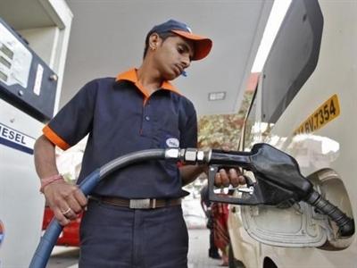 Giá dầu thấp tác động thế nào đến nhà đầu tư, người tiêu dùng và nền kinh tế?