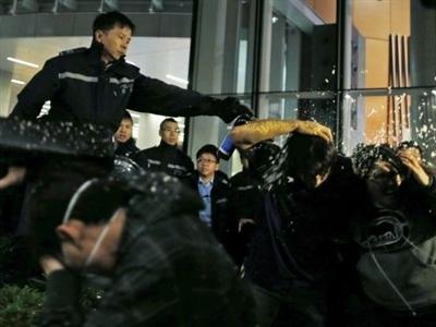 Người biểu tình Hong Kong xông vào trụ sở cơ quan chính phủ