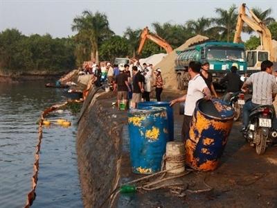 Bục đường ống dẫn hóa chất, dân đổ xô vớt bán cho tư thương