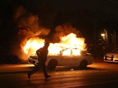 Bạo loạn bùng phát, thành phố Mỹ chìm trong biển lửa sau phán quyết vụ Ferguson