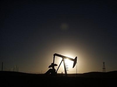 Giá dầu lại phá đáy khi dự trữ của Mỹ tăng, OPEC hạ dự báo nhu cầu