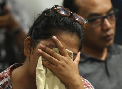 Máy bay AirAsia mất tích: Đã vớt được 6 thi thể, hoạt động tìm kiếm bị gián đoạn