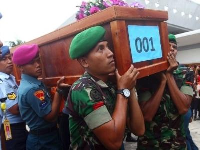 Vụ máy bay AirAsia rơi: Tìm được 10 thi thể nạn nhân