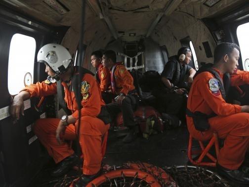Tìm thấy mảnh vỡ có thể là đuôi máy bay AirAsia chứa hộp đen