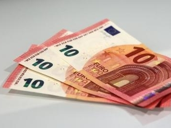 Euro sắp ngang giá với USD?