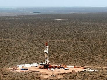 Sản lượng dầu Mỹ vẫn tăng dù số giàn khoan giảm, giá lao dốc