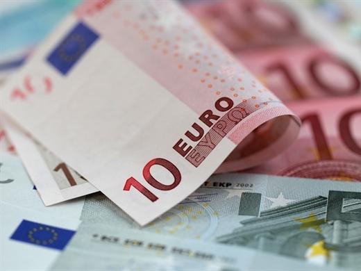 Euro bất ngờ xuống dưới 1,12 USD
