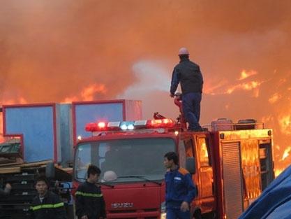Cháy lớn, thiêu rụi hàng nghìn mét vuông nhà xưởng