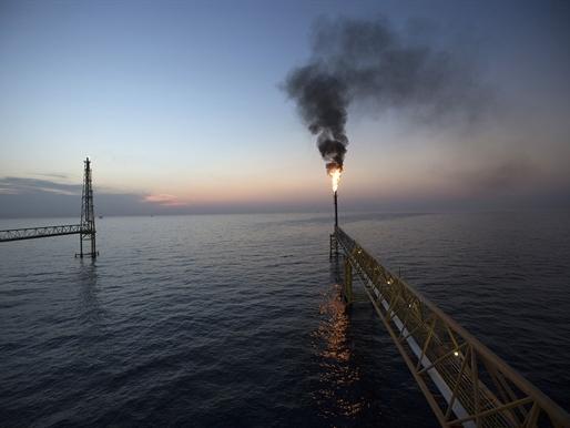 Các công ty dầu mỏ phải duy trì sản lượng để có tiền trả nợ