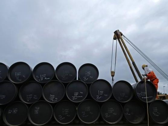 Giá dầu tăng do USD đi xuống, số giàn khoan giảm