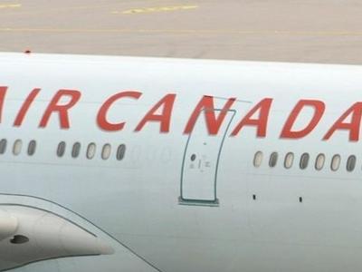 Máy bay Canada chở 137 người va vào cột điện cao thế