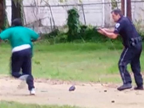 Rúng động vụ cảnh sát Mỹ bắn 8 phát vào người da màu