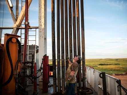 Giá dầu tiếp tục tăng do sản lượng dầu Mỹ giảm, USD suy yếu