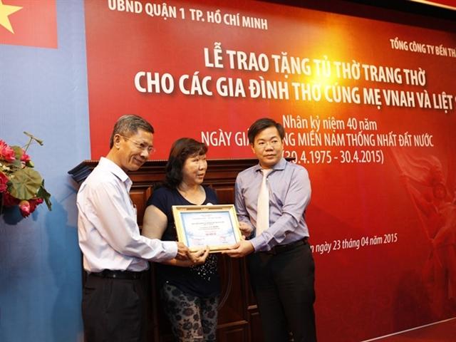 Ben Thanh Group tặng quà các gia đình chính sách có công tại Q1