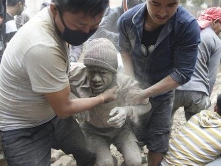 Động đất mạnh ở Nepal, gần 900 người thiệt mạng