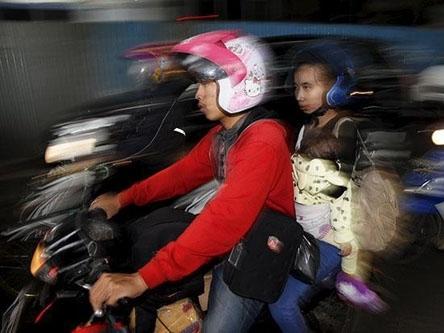 Nam, nữ chưa kết hôn tại Indonesia bị cấm đi chung xe máy