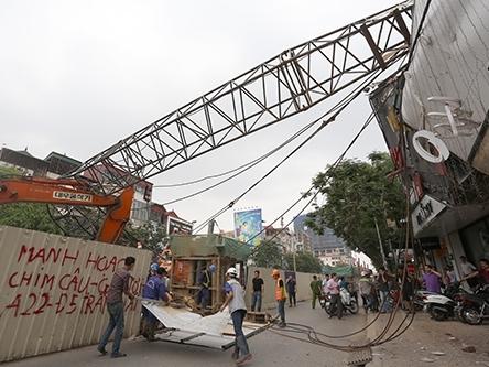 Cần cẩu thi công tuyến metro Nhổn-Ga Hà Nội đổ xuống nhà dân