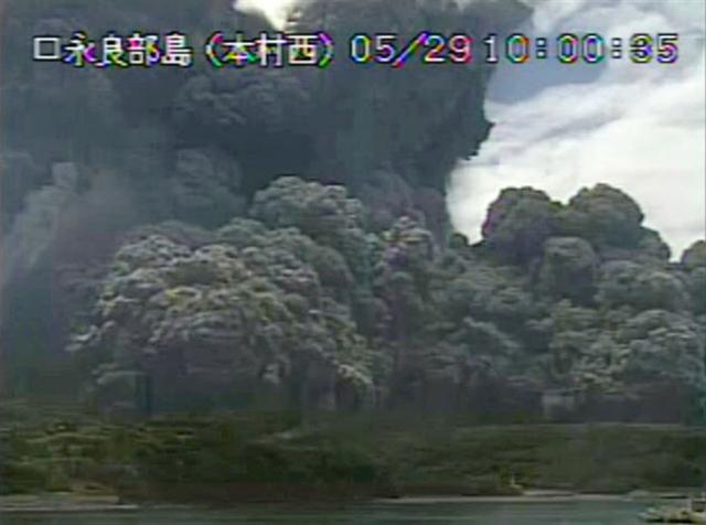 Núi lửa Nhật Bản bất ngờ phun trào dữ dội