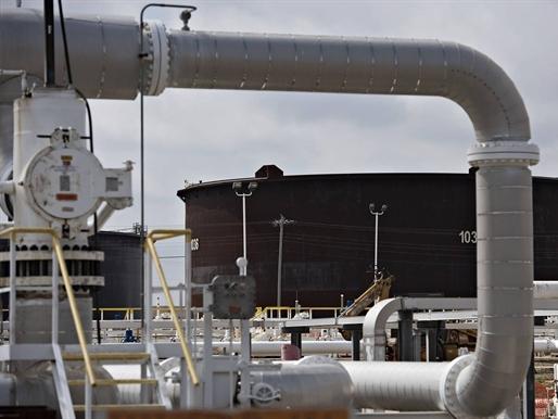 Giá dầu tăng mạnh khi số giàn khoan của Mỹ giảm