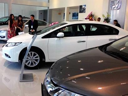 Ôtô tăng giá cả trăm triệu: Thị trường xe phát hoảng