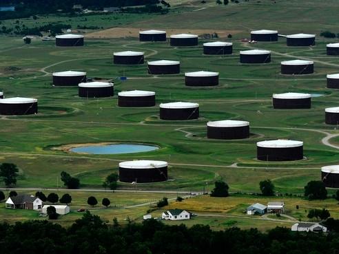 Giá dầu xuống thấp nhất 2 tháng sau số liệu lưu kho của Mỹ