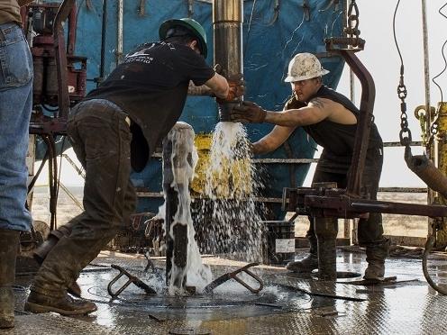 Giá dầu Mỹ lập đáy mới, xuống dưới 50 USD/thùng