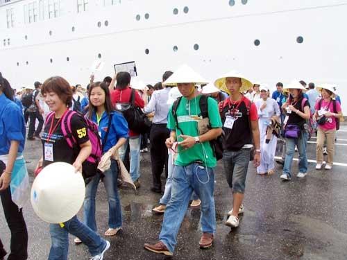 Sau 13 tháng giảm liên tiếp, khách quốc tế đến Việt Nam tăng trở lại