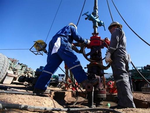 Giá dầu lập đáy mới do số giàn khoan của Mỹ tăng