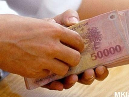 Lương nhân viên ngân hàng vẫn tăng bất chấp tái cơ cấu