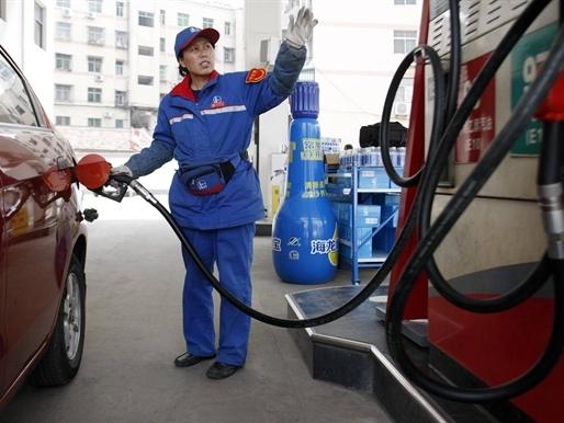 Giá dầu Brent xuống dưới 45 USD/thùng lần đầu tiên 6 năm qua