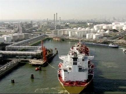 Giá dầu Mỹ thấp nhất 2 tuần do EIA hạ dự báo