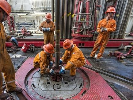 Giá dầu tiếp tục tăng khi số giàn khoan của Mỹ giảm