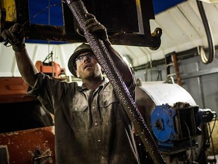 Giá dầu Mỹ xuống sát 40 USD/thùng do lo ngại thừa cung