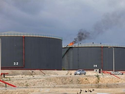Giá dầu bắt đáy mới do dầu lưu kho đạt kỷ lục