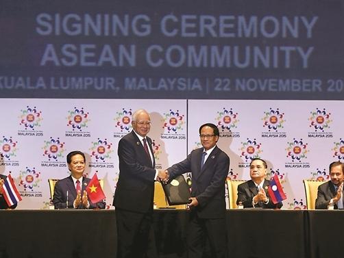 Nước Mỹ và cuộc đua đến thị trường 2.400 tỉ USD của khối ASEAN