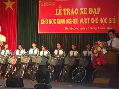 OCB trao xe đạp tiếp sức đến trường cho học sinh tại Nghệ An
