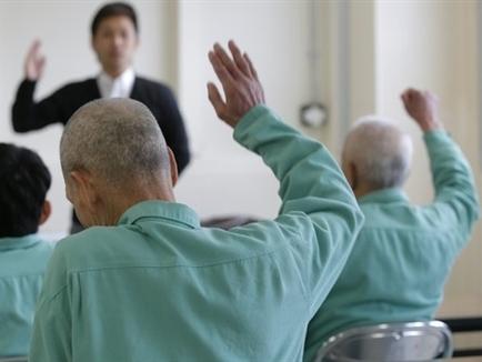 Cuộc sống đắt đỏ, người già Nhật Bản phạm tội để được đi tù