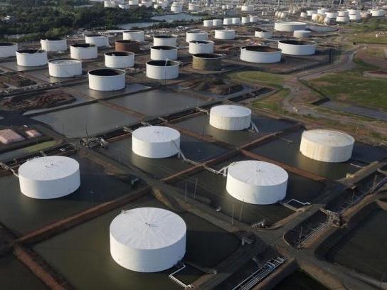 Giá dầu Mỹ vượt 50 USD/thùng lần đầu tiên gần một năm qua
