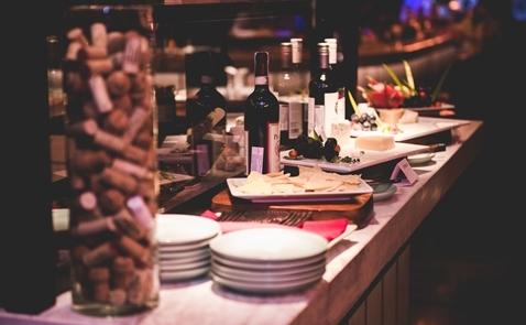 Thưởng thức rượu vang, pho mát và các loại thịt nguội hảo hạng cùng Winederlust tại QUI chỉ với 490,000 VNĐ++
