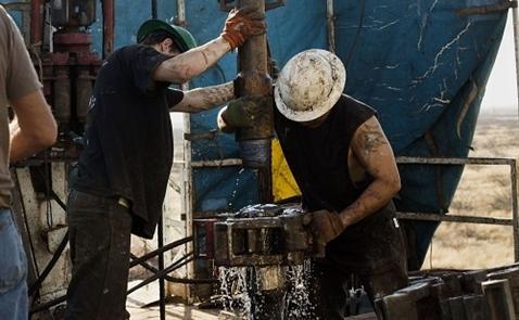 Giá dầu giảm do dự đoán về sản lượng dầu thô của Mỹ
