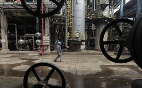 Giá dầu thấp nhất 2 tuần do bất ổn về OPEC, dự báo dầu lưu kho