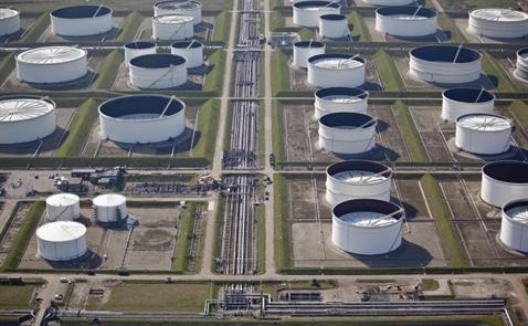 Giá dầu tăng vọt khi dầu lưu kho Mỹ giảm kỷ lục