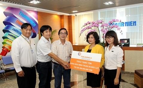 Tôn Đông Á hỗ trợ 500 triệu giúp bà con miền Trung lợp lại hơn 100 căn nhà