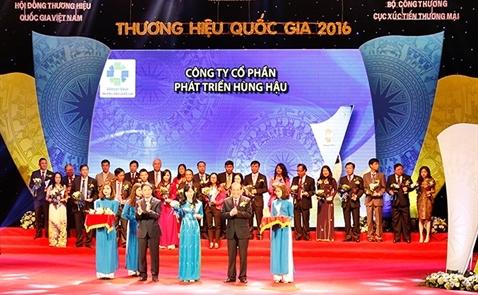 Hùng Hậu nhận giải Thương hiệu Quốc gia 2016