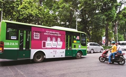 Quảng cáo xe buýt: Sau thí điểm sẽ tăng điểm