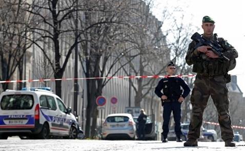 Nước Pháp rung chuyển bởi tiếng súng và bom