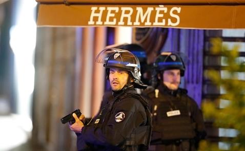 Nổ súng ở Paris: Một cảnh sát bị giết trên đại lộ Champs Elyees