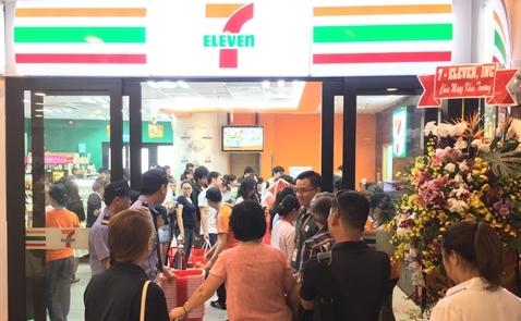 Cửa hàng 7-Eleven đầu tiên chính thức khai trương, bán bánh mì, gỏi cuốn, hột vịt lộn