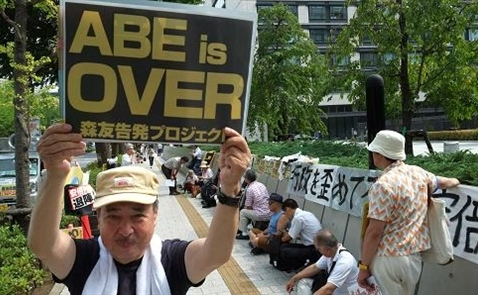 Abe vướng bê bối, kinh tế Nhật đứng trước tương lai bất định