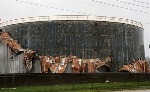 Hàng loạt nhà máy lọc dầu lớn ở Mỹ đóng cửa vì bão Harvey